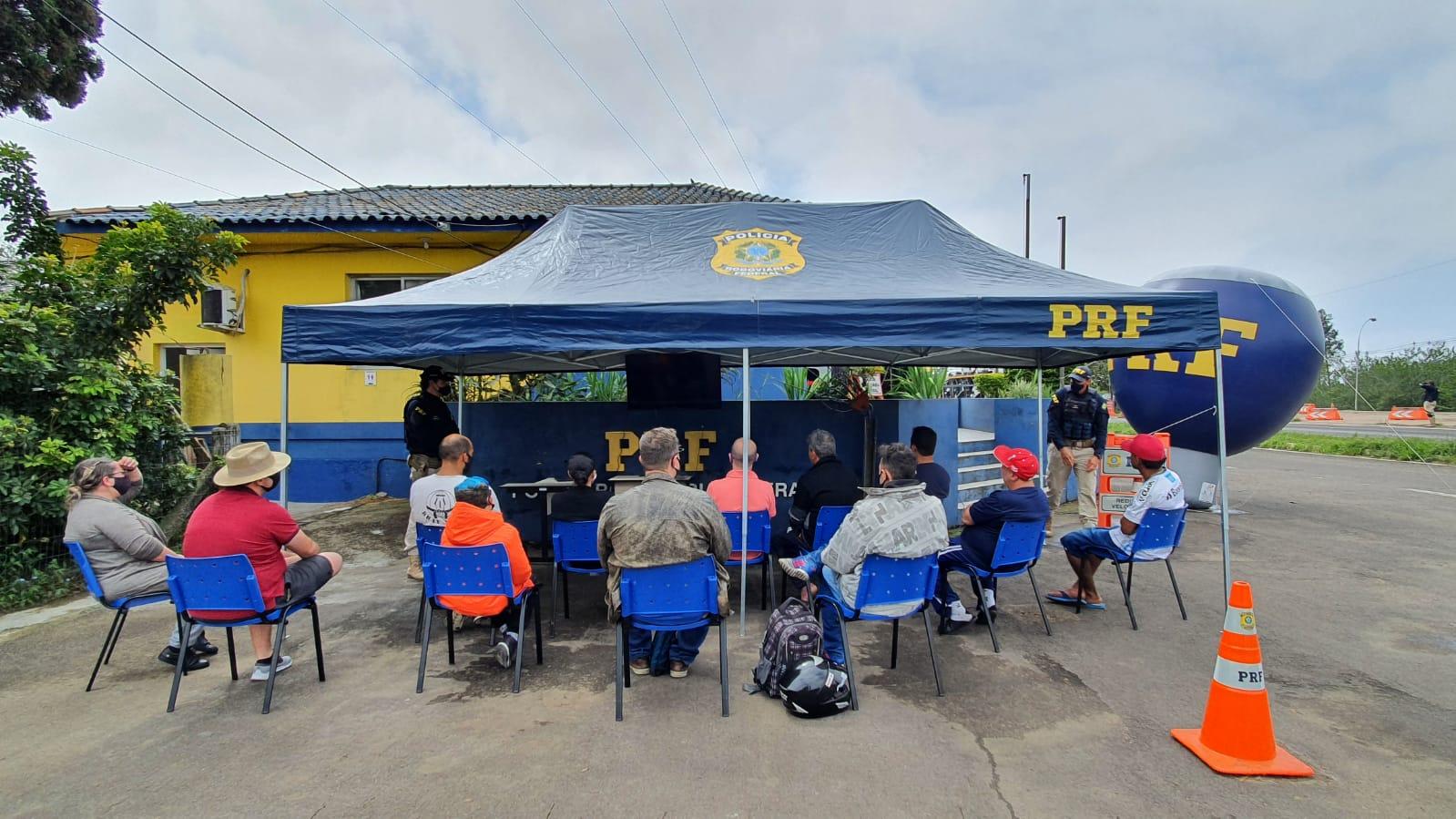 Foto: Ação da PRF pela educação no trânsito